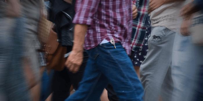 Homem com canivete de bolso - Cutelaria Cimo