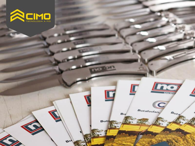 imagem de mesa com diversos canivetes cimo alinhados lado a lado