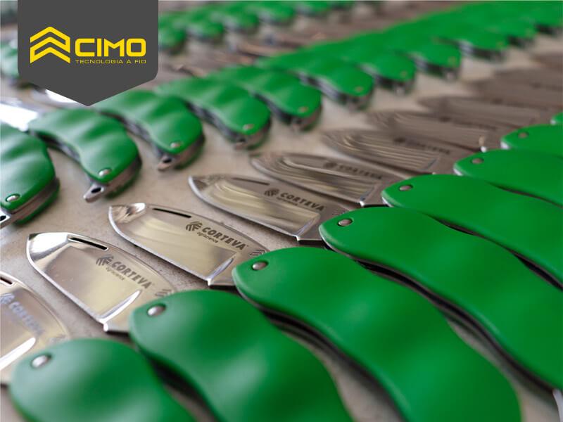 imagem de diversos canivetes cimo com bainha verde lado a lado