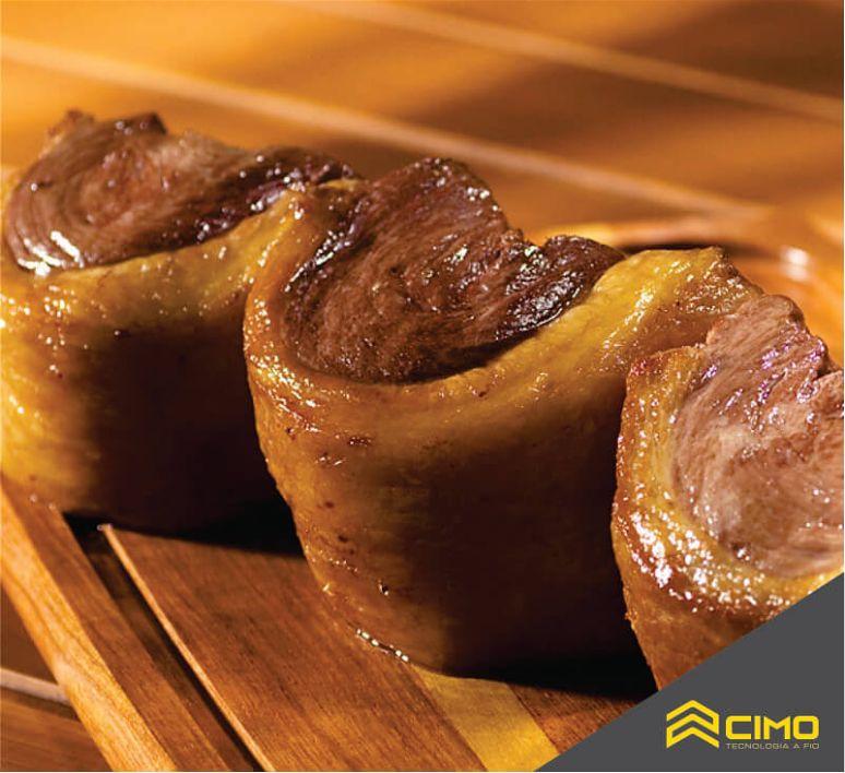 Filetes de picanha um do lado do outro com a camada de gordura tradicional exposta
