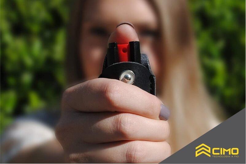 Mulher segurando spray de pimenta e apontando para a câmera