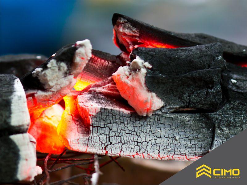 Imagem de pilha de carvão em brasas