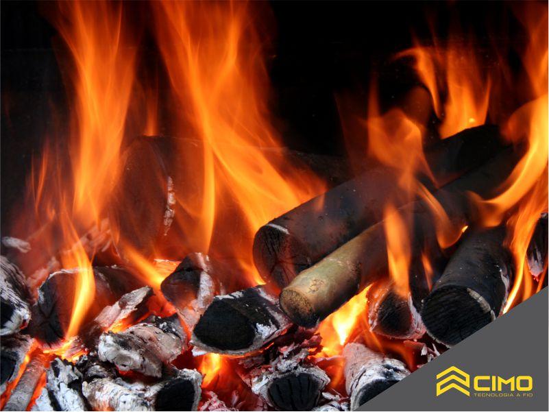 Imagem de pilha de carvão biquete em chamas
