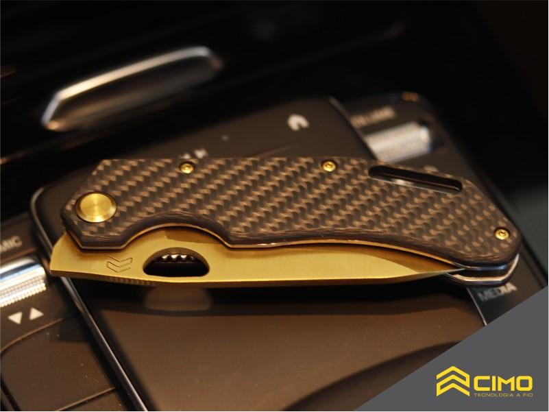 imagem de canivete de bolso fechado sobre a mesa