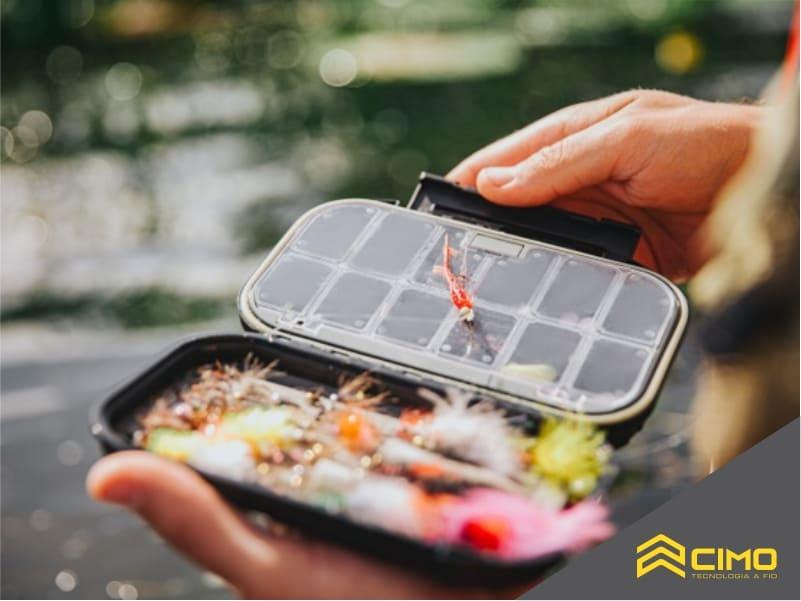 imagem de pessoal segurando caixa de iscas para pesca