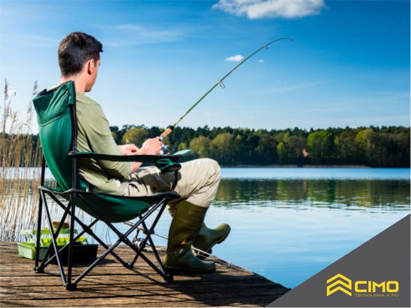 imagem de home pescando em um deck