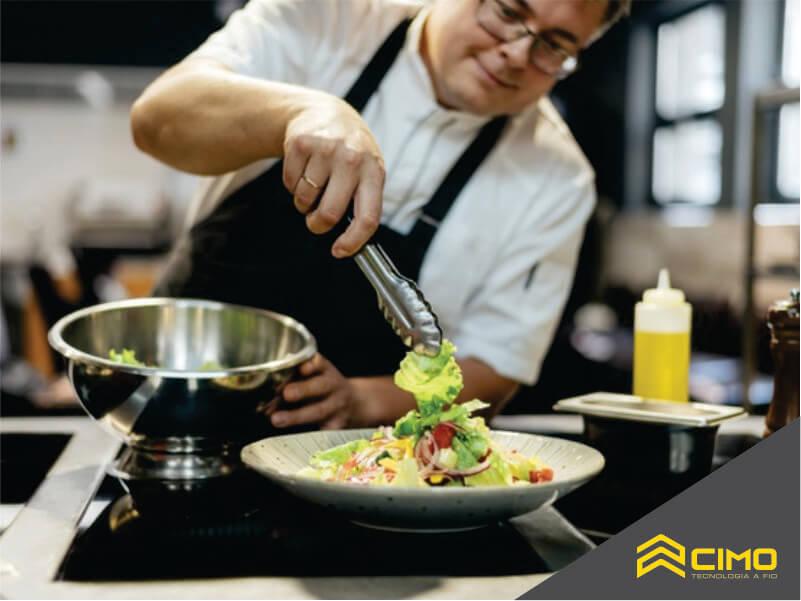 imagem de um cheff de cozinha preparando uma salada