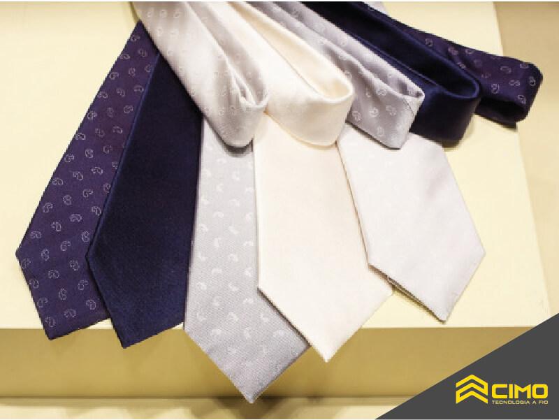 imagem de gravatas de diversas cores