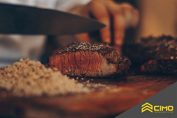 Imagem de uma carne de alcatra sendo fatiada