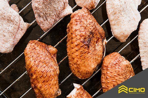 Imagem de asinhas de frango sobre uma assadeira