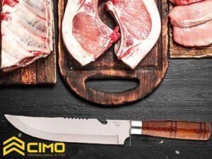 faca de churrasco cabo de madeira com tabuas de carne para assar