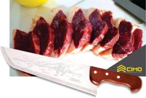 Várias fatias de picanha cortadas e enfileiradas uma atrás da outra com uma faca da Cimo na frente
