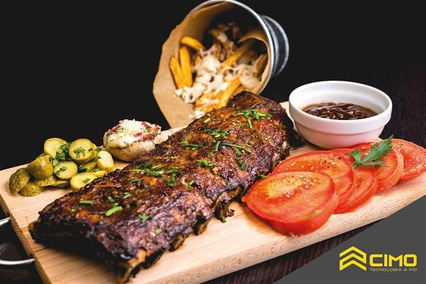 Imagem de uma peça de carne assada sobre uma tábua